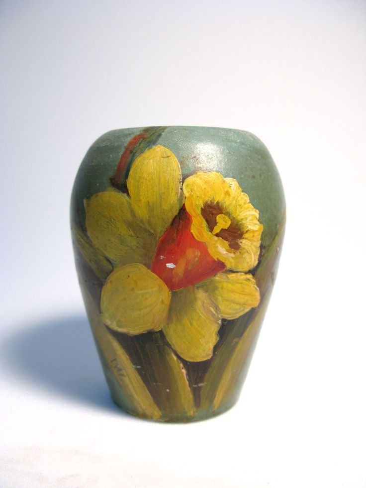 vase, small, hand-painted, decorated with a painting of a daffodil flower