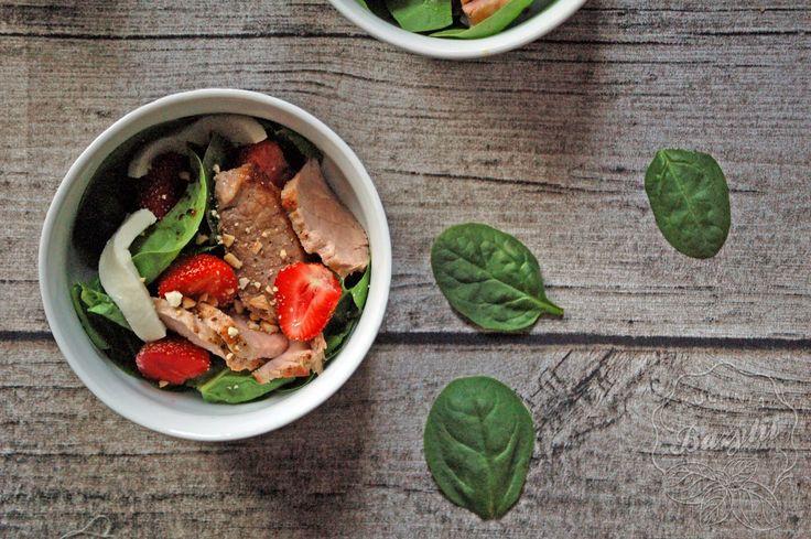 Kuchnia Bazylii: Sałatka z truskawkami i polędwiczką wieprzową