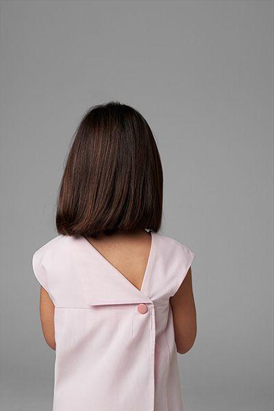 Blusa con espalda asimétrica cruzada.