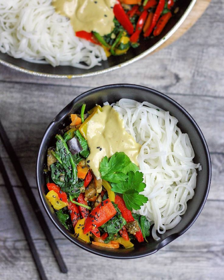 Today's lunch was sooo good. We had rice noodles with a veggie stir-fry containing red and yellow bell pepper, eggplant, carrots, onions, garlic and spinach with peanut sauce. #vegan#vegandeutschland#vegangermany#veganfood#veganfoodshare#veganwerdenwaslosdigga#veganlunch#asianfood#lecker#gesund#gesundleben#gesundessen#ricenoodles#reisnudeln#veggies#stirfry#peanutsauce#erdnusssosse#bestofvegan#whatveganseat#vegansofig#reisbandnudeln