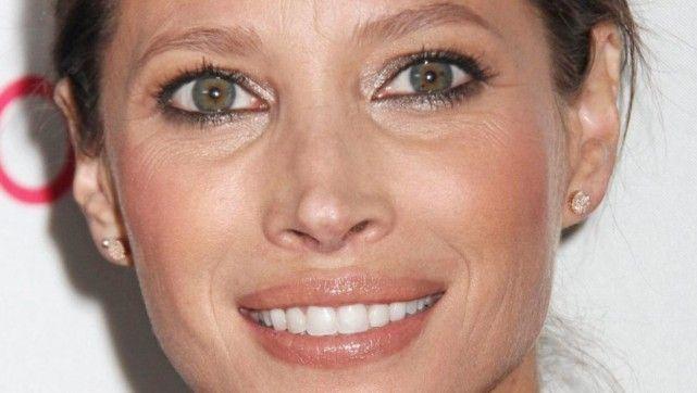 MODELLVAKKER: 43 år gamle Christy Turlington har begynt å få litt linjer og rynker i ansiktet. Her har hun mest sannsynlig fått proff hjelp til sminken. Her er det brukt matte farger, men øynene gnistrer litt ekstra med ørlite skimmer. Rouge på eplekinn gjør at hun ser duggfrisk ut, og leppene er markert i en naturlig og fin farge. FOTO: Stella Pictures