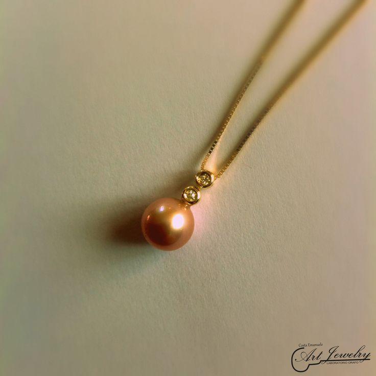 Pendente realizzato in oro giallo ed impreziosito da una perla naturale e da diamanti. #jewels #gold #pearl #diamonds #artjewelry  https://www.facebook.com/gioiellicosta/ https://www.instagram.com/costaemanuele_artjewelry/  Photo editing: Noemi Barolo