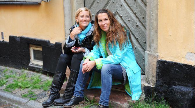 swedish girls in pvc raincoat Regnkappa Ösregn of Sweden persian turquoise - Systrarna Sockervadd
