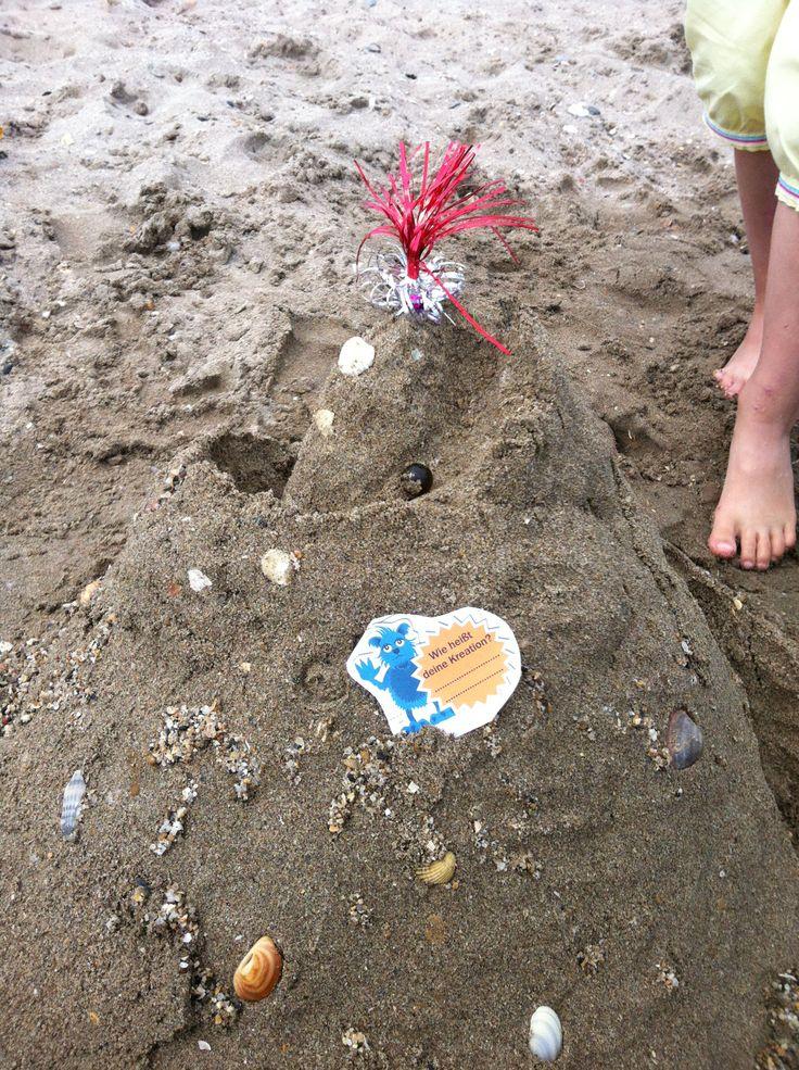 Strandmurmelburg Wirklich ein Hit. Erst bauen, immer wieder versuchen, damit die Murmeln von oben bis unten durchkullern können.  Gar nicht so einfach. Auch hier ist die ganze Familie gefragt.  Es sind auch Rennen möglich mit Zeitabnahme. :)