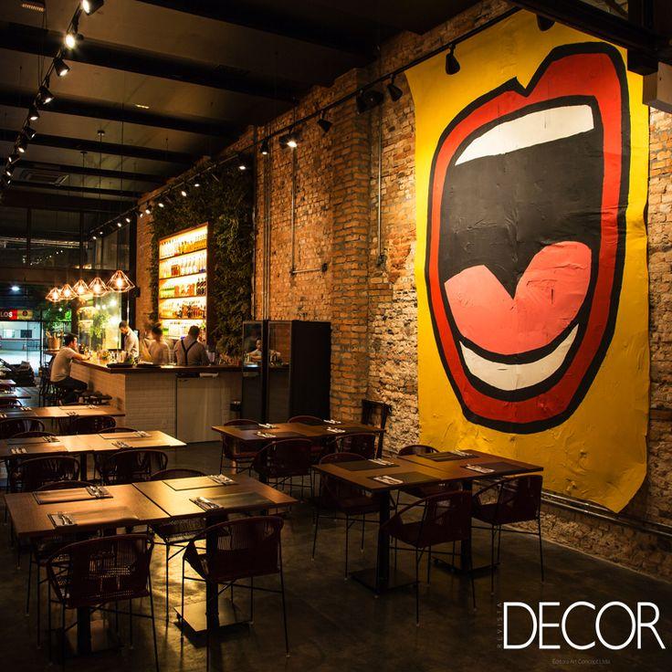 Assinado pelo escritório Viviane Gobbato Arquitetura, o projeto de interiores do restaurante Méz é composto por tijolos, tubulações e instalações elétricas aparentes, além de revestimentos naturais.