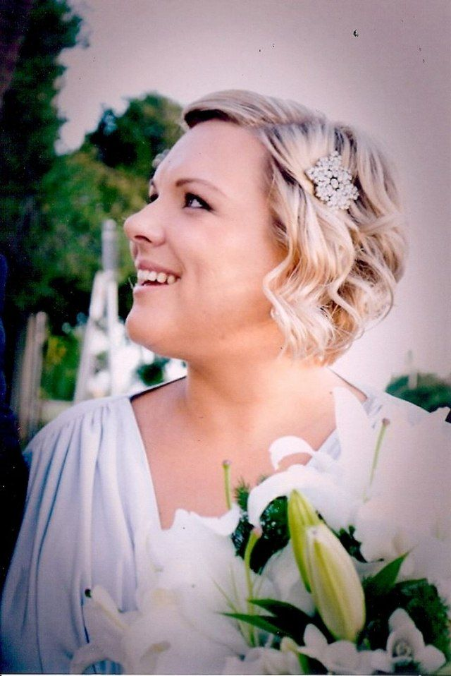 hochzeitsfrisuren kurze haare blond wellen haarschmuck perlen
