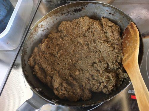 スープっかすを炒めて、キーマっぽいのを作成中。 香りが名物屋のカレーラーメン!鶏ガラスープで伸ばしてみるか 笑