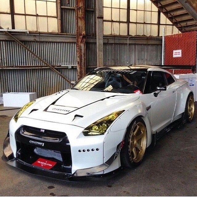 Nissan GT-R                                                                                                                                                                                 Mais