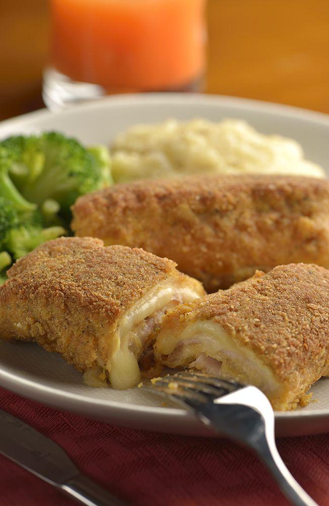 Disfruta de un pollo cordon bleu crujiente con un delicioso centro de queso fundido y jamón que dejará a más de uno enamorado. Si aún no sabes que cocinar para una cena con los suegros, esta fácil receta te sacará del apuro.