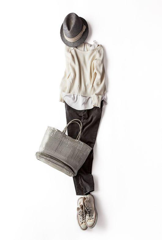 インにきれいめのタンクトップをレイヤード。ボトムはふんわりスカートにしてもふわ×ふわシルエットで旬になるけど、今回はあえてシンプルにパンツとスニーカーで。