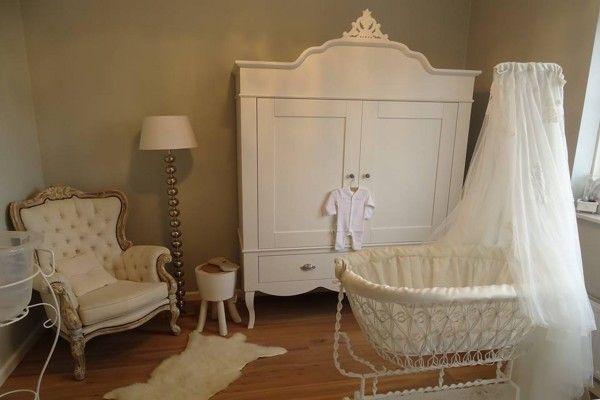 In deze blog zie je foto's van de stijlvolle babykamer van Amina die zij heeft ingericht voor haar eerste kindje. Zowel de grote kast als het ledikant in de babykamer zijn van de serie Romance Wit en zijn gekocht bij Babypark.