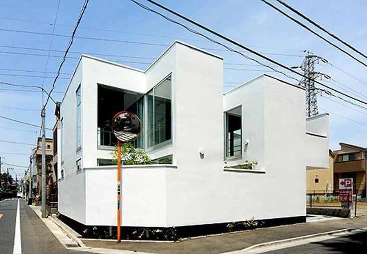 角地の敷地は、一方が小学校の桜とイチョウ並木に面し、もう一方には店舗付住宅が建ち並ぶという条件で、いわゆる同種のコンテクストの住宅地とは違い、用途もスケールも異なる周辺環境にあります。 ここに開放的で豊かな自然を感じられる、家族のための暖かい空間が求められました。 プランニングは基本的に1階・2階共に連続した空間で、この温熱環境を担保する深夜電力利用の蓄熱式床暖房を1階に敷設しています。 2階リビングの外周には小さな3つの中庭とバルコニーが配され、この中庭と交互にアルコーブ状の小さな部屋が設けられることで、外からは閉鎖的に視線をカットしながらも外の風景を充分に取り込み、内部空間は極めて開放的なものとなっています。 小さな部屋は四角い置き畳によって和室になったり、書斎や図書室、篭り部屋等に、また、建具を外してリビングとの一体利用等、変化が楽しみな小さなスペースです。 専門家:磯部邦夫が手掛けた注文住宅住宅事例:深沢の家のページ。新築戸建、リフォーム、リノベーションの事例多数、SUVACO(スバコ)