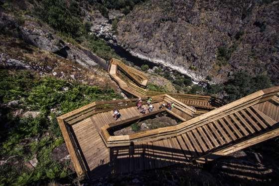 Escaleras junto al río Paiva, en Portugal