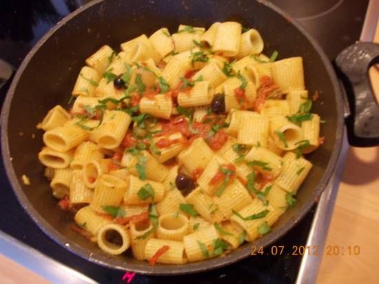 Pittige Pasta ( Rigatoni ) Met Sp.peper, Ansjovis En Tomaat recept | Smulweb.nl