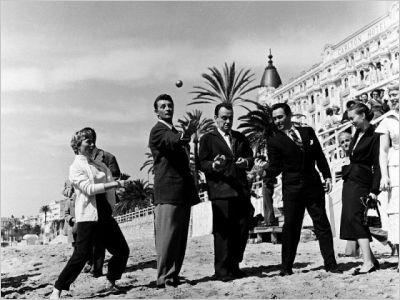 L'on ne compte plus les célébrités qui s'installent au Carlton le temps du Festival international du film de Cannes. Ici, Robert Mitchum qui joue à la pétanque sur la plage de l'établissement.