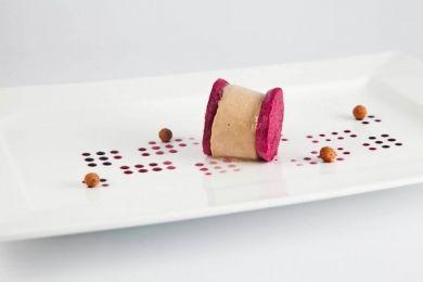Helado de atún como foie entre crujientes de cereza, salsa de cereza y sus huesos comestibles…y tostadas de pan de cerezas