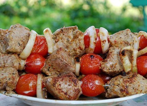 Шашлык из телятины в красном вине с помидорами черри