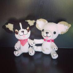 Patrón gratuito de amigurumi de unos adorables perritos chihuahuas de 22 cm…