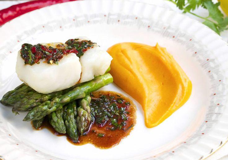 Oppskrift på torsk med søtpotetpure, lettstekte asparges og soyasmør fra matbloggen til @Elin Larsen #fisk #oppskrift