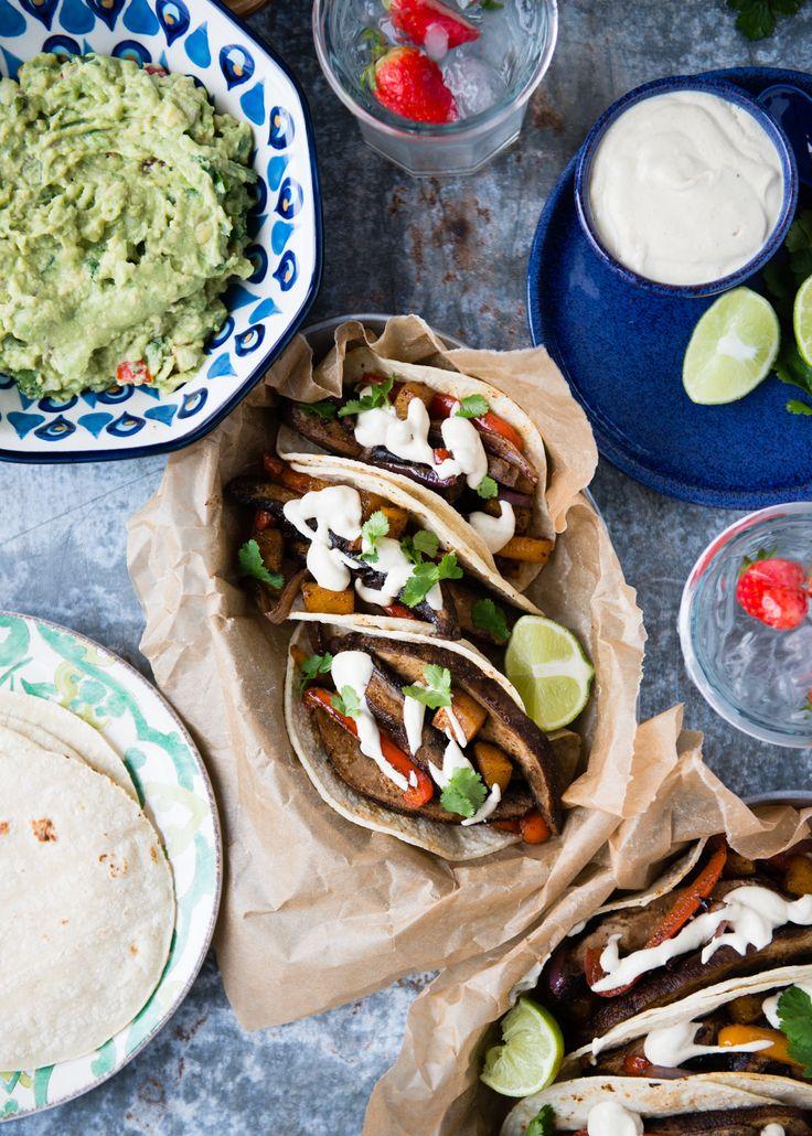 Fajitas in the oven? These veggie sheet pan fajitas are a crowd-pleasing vegan dinner. Don& skip the cumin-lime crema and guacamole. Veggie Recipes, Mexican Food Recipes, Vegetarian Recipes, Dinner Recipes, Healthy Recipes, Ethnic Recipes, Veggie Meals, Veggie Fajitas, Vegetarian Mexican