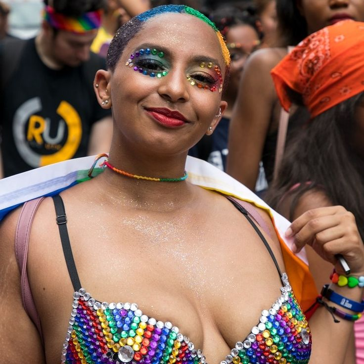 13 Beautiful Rainbow Makeup Looks We Saw at NYC's Pride March - Makeup Looks Celebrity Nyc Pride Parade, City Pride, Eye Makeup Art, Blue Makeup, Pretty Makeup, Make Up Looks, Rainbow Dyed Hair, Best Flower Delivery, Flower Delivery Service