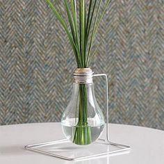 Recicla una bombilla quemada y crea un original florero