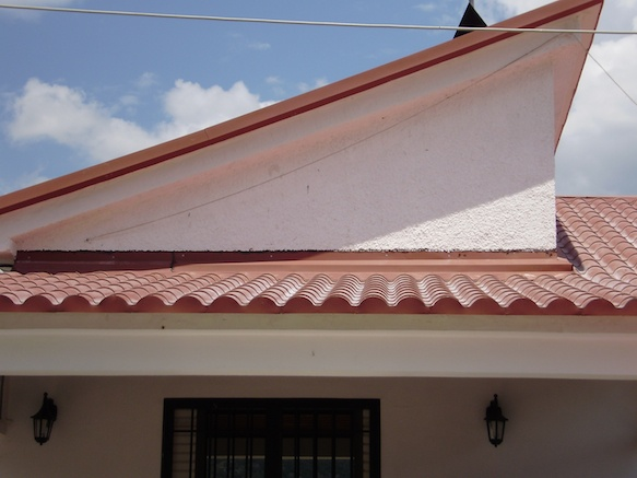 Πανοραμική φωτό από πάνελ κεραμίδι Ρωμαϊκού τύπου. Παρατηρείτε την υλοποίηση ανισόπεδης οροφής.