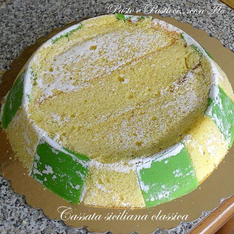 Dopo aver postato le ricette delle cassate al forno vi mostro adesso un tutorial per preparate da soli in casa la famosa cassata siciliana classica! Si tra