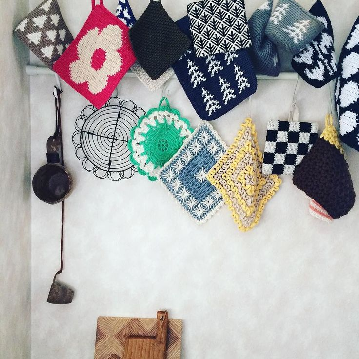 久しぶりに ポットホルダー部  グリーンの子など ちょこちょこと 地味に増えていっております  また4月に入ったら  オーダーを 再開しようかと考えてます 前回同様に post後にコメント欄にて 先着順で数量限定になりますが あ その前に需要があるのか わかんないけど  #crochet #knit #crochetersofinstagram #crochetaddict #crocheter #virka #grytlapp #handmade #embroidery #potholder #retro #igersjp  #kaumo #amimono #手編み #編み物 #かぎ編み #かぎ針 #かぎ針編み #こぎん刺し #刺繍 #ものづくり #手仕事 #ポットマット #ポットホルダー #鍋つかみ #北欧 #雑貨 #モノトーン by crochet_garden