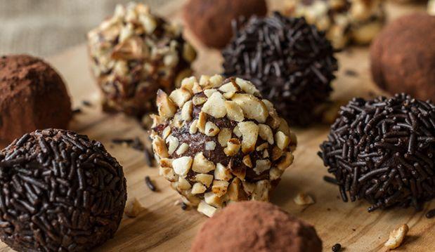 Σοκολατένια τρουφάκια, από τον Ακη Πετρετζίκη, την Nestle και τις glikessintages.gr!
