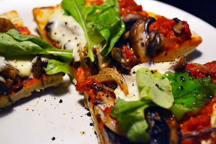 モッツァレラが溶けたようなトマトソースのVeganピザ。フェイクチーズはヘルシーな3種類の発酵食材を使って簡単3分!生地もトマトソースも手作り。でも生地の発酵なし、オーブン不使用ですぐに作れる、時短レシピ。