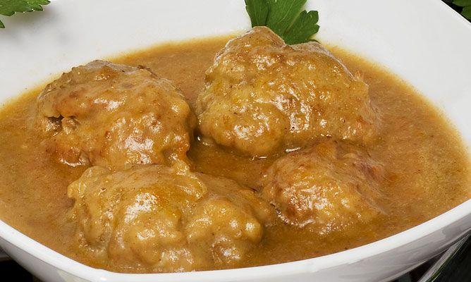La receta para preparar unas albóndigas de carne picada cocinadas en una salsa de verduras y vino blanco.