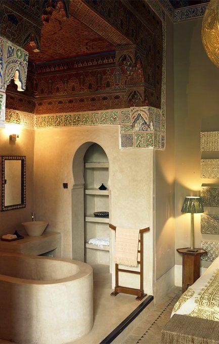 Ryad Dyor Marrakech, Morocco. El cemento pulido combinado con el techo de madera y los azulejos de diseño árabigo crean la magia en este espacio. Comentado por: Mabel Puche Interiorismo.