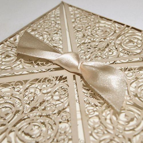 A meghívó kíváló minőségű dekoratív matt bézs papírból készül.A borítót eredeti lézer kivágás ésszatén szalag díszíti. A betétlap matt ekrü.   A meghívóhoz dekoratív boríték jár.A meghívóknál nincs szerkesztésiés nyomtatási költség