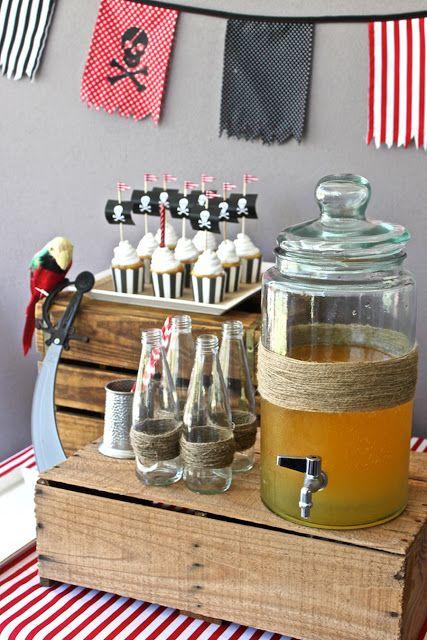 Mesa con refrescos y dulces piratas