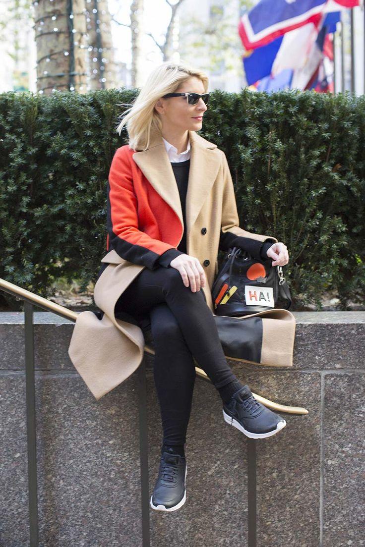 """El maxi abrigo en color camel combinado con negro y rojo es de TOPSHOP. Las zapatillas son el modelo Air Max Thea de NIKE. Los pantalones negros pitillo de ABERCROMBIE & FITCH, el jersey es un básico de esos que me gustan tanto de UNIQLO  y la blusa blanca maxi de ELISA RIVERA. Las gafas de sol de RAYBAN, y el bolso """"Arty"""""""