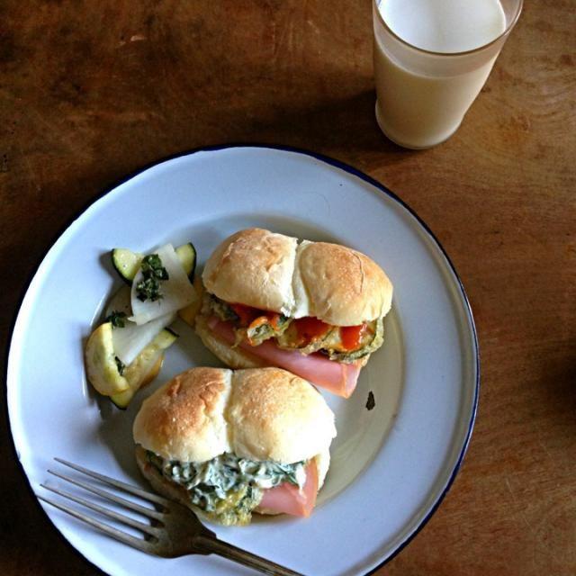 昨晩のズッキーニの天ぷらのあまりをサンドイッチに。 ひとつはトマトソースのサンドイッチ。 もうひとつはシソとマヨネーズでサンドイッチ。 付け合わせは大根とズッキーニをバジルの花とかでマリネしたやつ。 ズッキーニ大好きなんだな〜 - 135件のもぐもぐ - ズッキーニ朝ごはん。 by t6u318