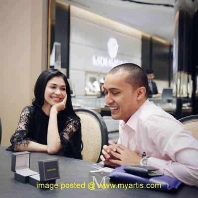 19 GAMBAR - SEKITAR PENGAMBILAN CINCIN PERSIAPAN NIKAH & MALAM BERINAI ANZALNA NASIR   Bakal melangsungkan pernikahan hari ini di Masjid Negara Anzalna Nasir dan pilihan hatinya Hanif Zaki telah membuat persiapan perkahwinan mereka sejak beberapa bulan lepas dan semalam mereka telah mengambil cincin perkahwinan mereka yang bertatahkan berlian di Mouawad Boutique di Starhill Bukit Bintang Kuala Lumpur.Malah semalam juga Anzalna dan Hanif telah mengadakan malam berinai mereka.Semoga mahligai…