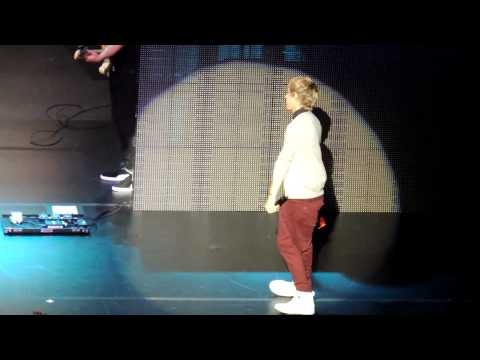I DONT THINK YOU LOOK STUPID!!! THIS IS THE GREATEST VIDEO EVER FILMED!!!! LOVE YOU NIALLER!!!!!