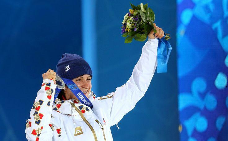 Česká rychlobruslařka Martina Sáblíková dostala při slavnostním ceremoniálu stříbrnou olympijskou medaili, kterou vybojovala v závodu na 300...
