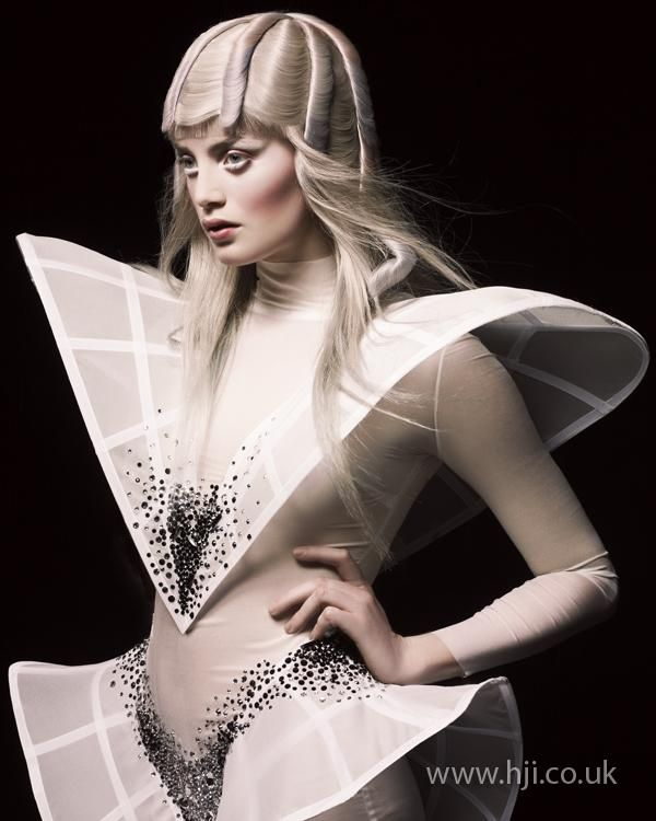 Avant garde hair by Efi Davies. BHA Avant Garde Hairdresser of the Year it from carden Space Fashion, 3d Fashion, Weird Fashion, High Fashion, Ideias Fashion, Fashion Show, Fashion Design, Fashion Terms, Style Couture
