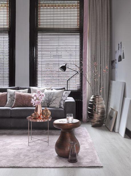 Kleur plinten kiezen woonkamer. Een midden donkere woonkamer met zwarte plint