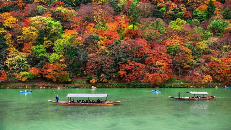 Arashiyama - turyści w łodziach na rzece Oi
