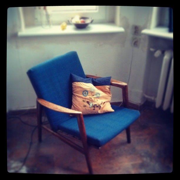 Fotel, póki co, nieznanego autora!  Linię ma bardzo podobną do foteli projektowanych przez Folke Ohlsson'a - Szwedzkiego projektanta, który w latach 50 XX wieku wyemigrował do USA i tam stworzył meblową markę DUX. Zdobywca ponad 30 prestiżowych nagród m. in. na Triennale w Mediolanie oraz Good Design Show w Nowym Jorku.