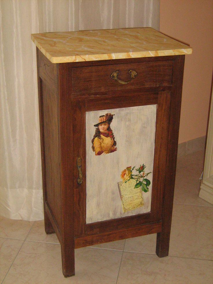 comodino restaurato e decorato con immagini vintage sullo sportello antichizzato a cera e con piano rifinito in finto marmo