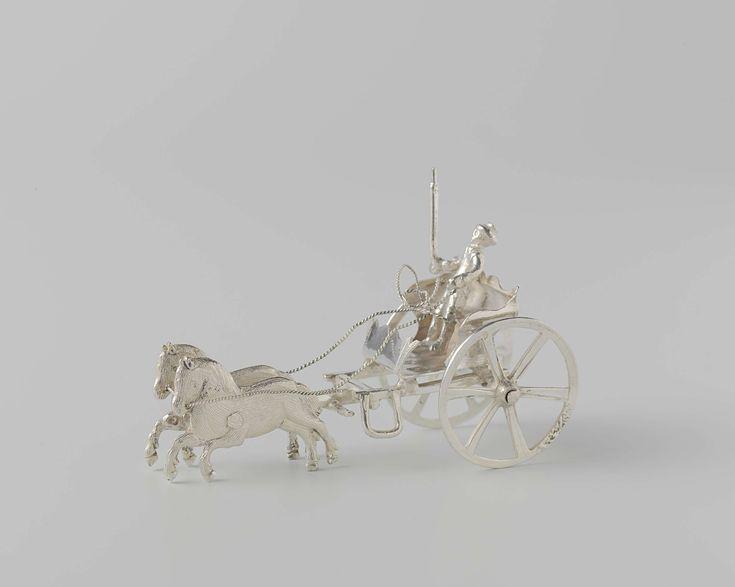 Jacobus van Tricht | Sjees, Jacobus van Tricht, 1767 | Sjees zonder kap, getrokken door twee paarden. In de sjees zit een man met een hoed. In zijn rechterhand heeft de man een stok en in zijn linkerhand heeft hij de leidsels. Het beeld is gemerkt: stk.= Dordrecht, jrl.= N (1767), mt.= Jacobus van Tricht, een gekroonde V in een schild, tweemaal een achtpuntige bloem of ster en een zwijnskop.