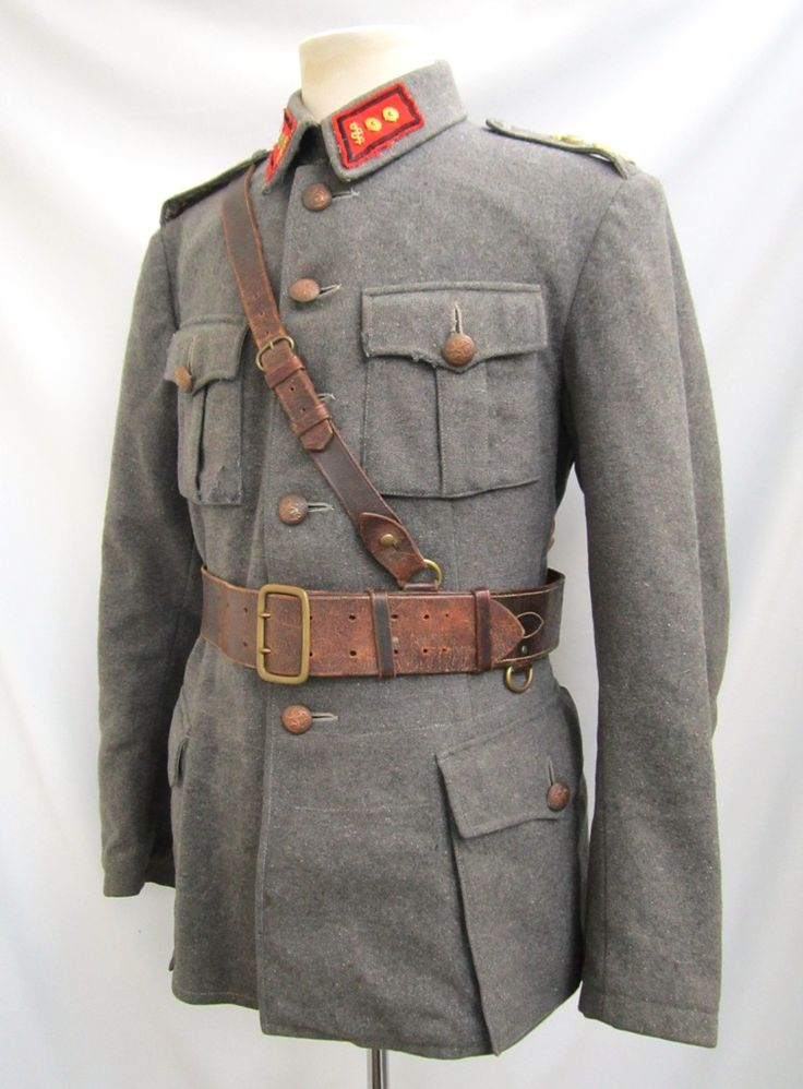 Early pattern jacket. Artillery unit medical lieutenant rank and collartabs. Artillery emblems at shoulders and officers lion´s. Shoulderboards without soutache as ordered to be removed during war. Rather big sized jacket, breast width about 105cm.  Jacket is marked Int40=1940, AP=Armeijan Pukimo, size 52 B. The collartabs are ordinary artillery model as used by medical officers. Medical branch device and lieutenant rank pips.