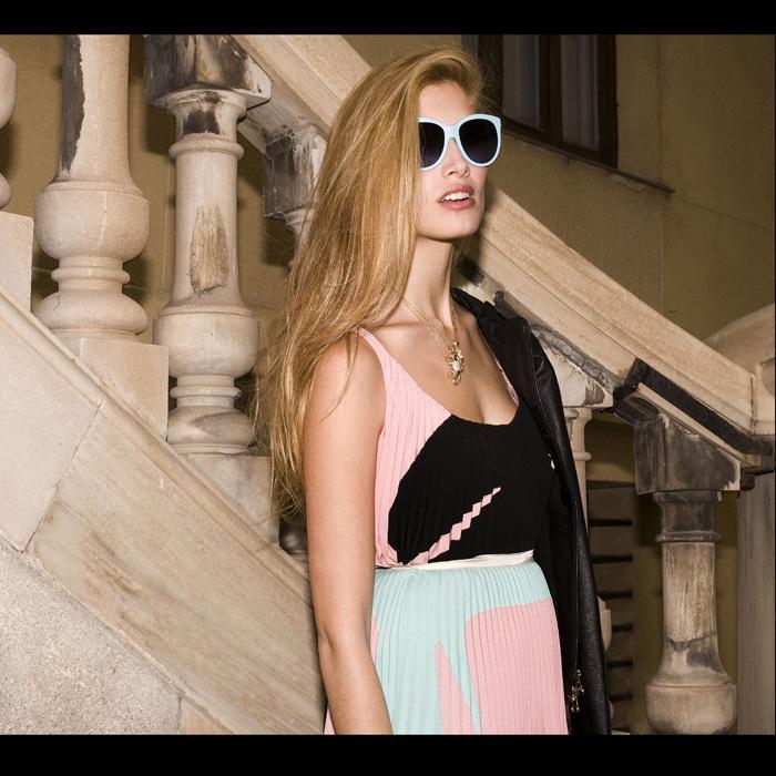 Gafas de sol de pasta mate, de Dolce & Gabbana; top y falda en seda plisada, de Prada; y collares con colgantes de tortuga, de Loewe.