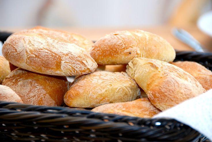 Se her hvordan du laver hjemmebagte durumbrød med sprød skorpe. Gode og rustikke italienske brød med en virkelig god krumme og skorpe. Hjemmebagte durumbrød med sprød skorpe. Så bliver det ikke bed…
