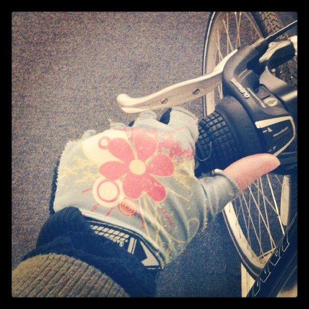 PEDALEAR EN INVIERNO: guantes nitro elements for bicycles, los uso hace mas de un año, sirven en primavera, verano, pero en invierno, tengo que complementarlos con guantes de LANA. asi puedo capear el frio matutino en las manos, que es de las cosas principales a tener en cuenta.